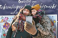 paar machend selfie hinein winter wald